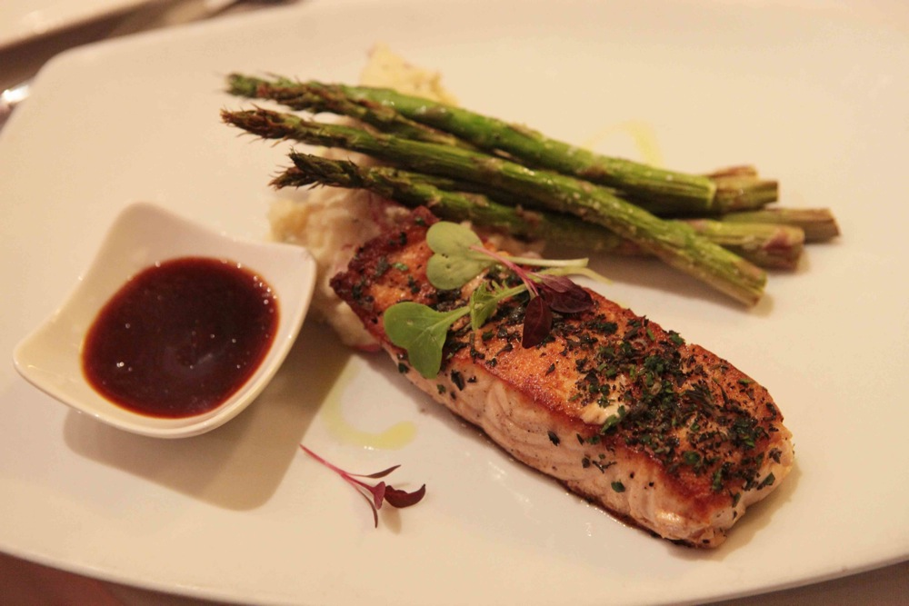 plate with salmon and asparagus